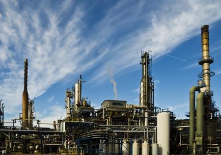 raffinaderij tegen een blauwe hemel