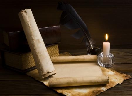 alte Zeitungen und Bücher auf einem Holztisch