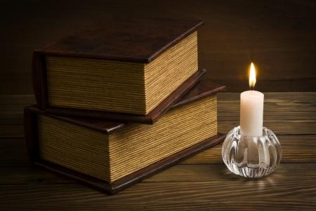 oude boeken met kaars Stockfoto