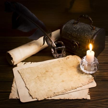 oude kranten en boeken op een houten tafel