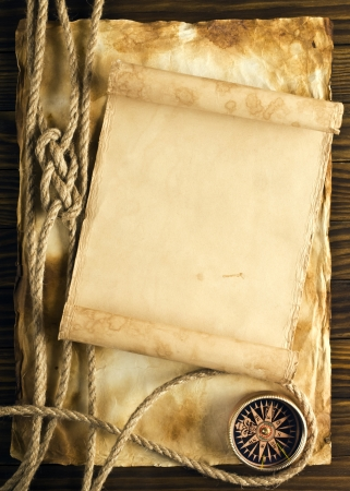 Touw en kompas op de oude papieren achtergrond