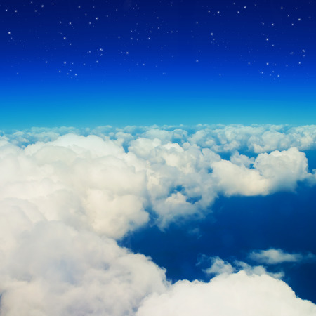 cielo azul: Las nubes y un cielo azul