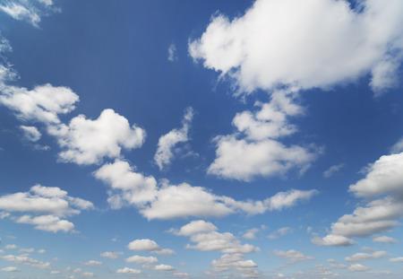 cielo azul: cielo nubes Foto de archivo