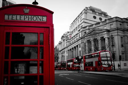 cabina telefono: Cabina de teléfono roja icónica Autobús de dos pisos en Londres Reino Unido