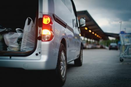 El coche cuesta grises en el centro comercial