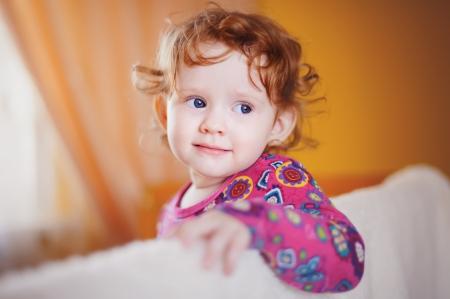 smail beb� en vestido rojo Foto de archivo