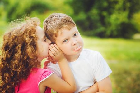 gemelos niÑo y niÑa: Poco niño y niña susurra.