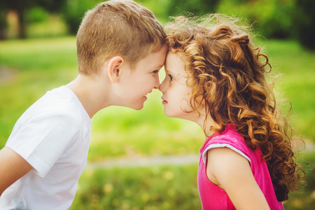 gemelos niÑo y niÑa: Hermano y hermana confrontaron frentes.