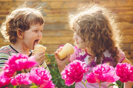 Enfant odeur bouquet de pivoines Banque d'images