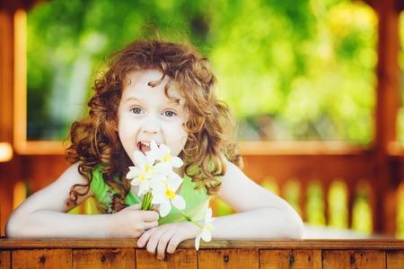 Muchacha de risa con una flor en la mano. Tonificaci�n foto.