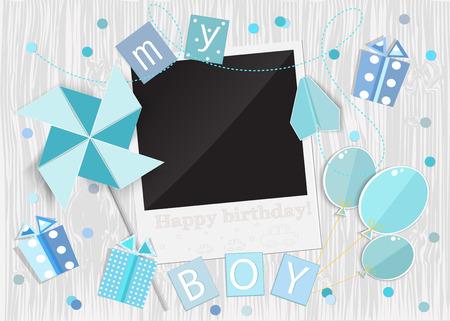 Carte de voeux pour petit garçon. Moulinet, voiture, boîte de cadeau, cadre photo, ballons sur fond de bois. Vecteur EPS10.