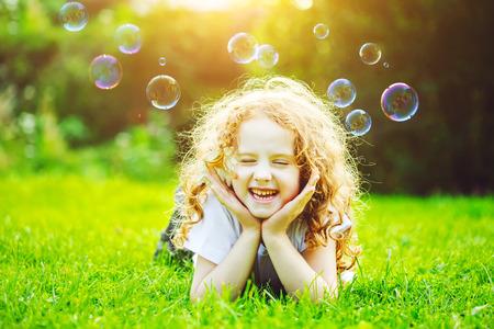 소녀 녹색 잔디에 누워. 건강한 미소. 의료 개념.