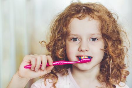 Retrato de la ni�a cepill�ndose los dientes