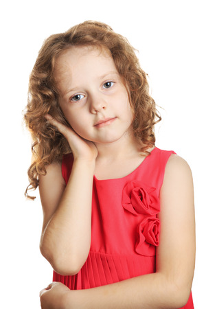 Sad petite fille tenant son oreille dans la douleur, isolé dans un fond blanc. Banque d'images
