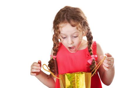 Surprised girl regarde une sacs à provisions, isolé sur blanc. Banque d'images