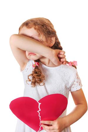 fille triste: Sad girl tenant c?ur brisé. Premier amour. Saint Valentin ou les soins de santé, concept médical.