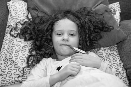 varicela: Niño de medición de temperatura. virus varicela-zóster o varicela. retrato en blanco y negro.