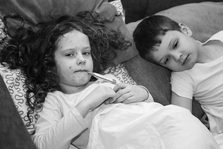 varicela: Niño con varicela. retrato en blanco y negro. Foto de archivo