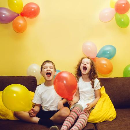 niños riendose: Felices los niños riendo felicitar a su madre con un día de fiesta. Concepto del día de madre. Foto de archivo