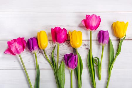 bouquet de fleurs: Tulipes au printemps sur une table en bois. Contexte des vacances de Pâques.