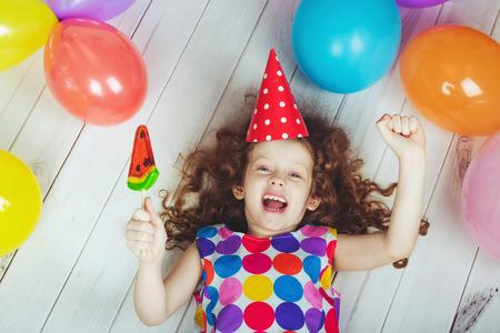niños felices: Niña feliz con una piruleta en sus manos.