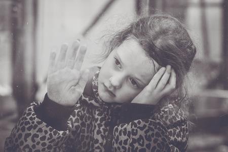 fille triste: Sad girl regardant par la fenêtre. portrait en noir et blanc.