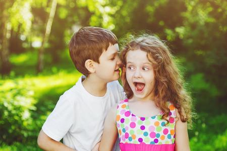 gemelos niÑo y niÑa: Niña y niño de hablar con susurros.