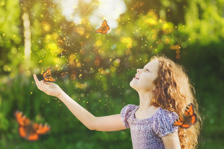 그의 코와 손에 나비와 귀여운 아이 웃 고. 공주 소녀 요정의 꿈. 행복 어린 시절 개념.
