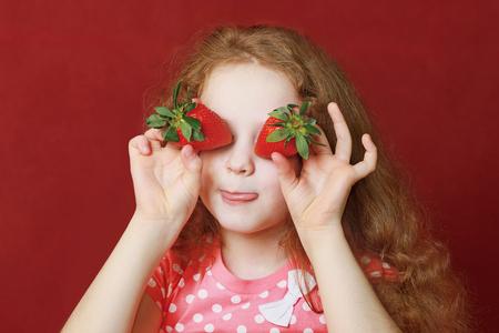 petite fille aux yeux fraises Banque d'images