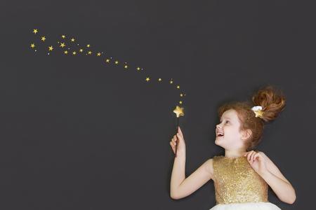 金の星と黒板背景に夢かわいいプリンセスの少女。 写真素材