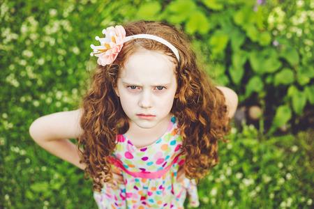 顔に怒りの表情で感情のプリンセスの少女。