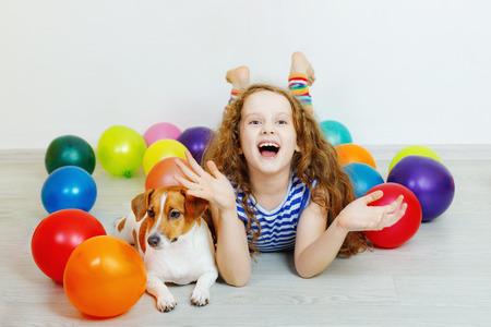 Meisje met haar terriër van hefboomrussell in verjaardagspartij. Stockfoto