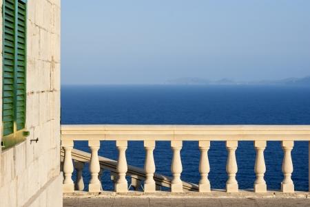 overlooking: Blanco barandilla de piedra con vistas al mar Mediterr�neo