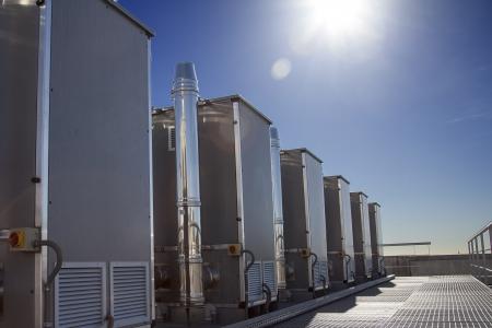 edificio industrial: Industrial sistema de aire contidioning sobre un edificio