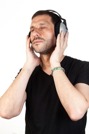 music therapy: Un hombre relajado escuchando m�sica m�s de fondo blanco