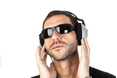 musicoterapia: Un uomo con gli occhiali da sole vibranti di musica
