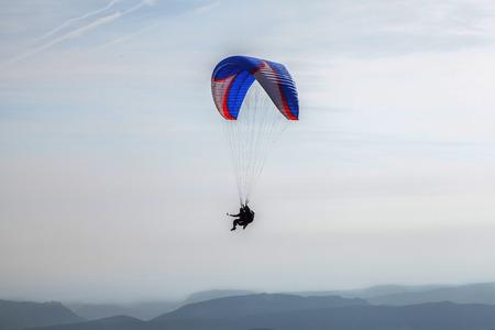 parapente: Paragliding sobre las montañas
