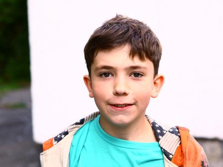 preteen knappe jongen outdoor portret op de witte muur achtergrond Stockfoto