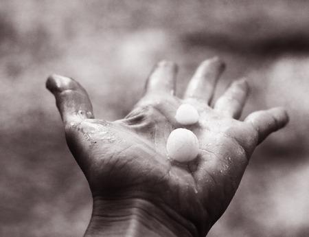 hagel lag op de menselijke palm