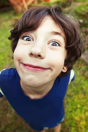 knappe preteen jongen expressieve verkorting portret