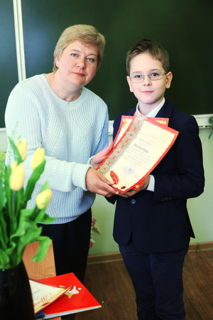 prodigy: MOSKWA, 26 maja 2015: Rozdanie dyplomów w szkole podstawowej w Moskwie, maj 26. Uczniowie uzyskać dyplom, a następnie udać się do szkoły średniej. Publikacyjne