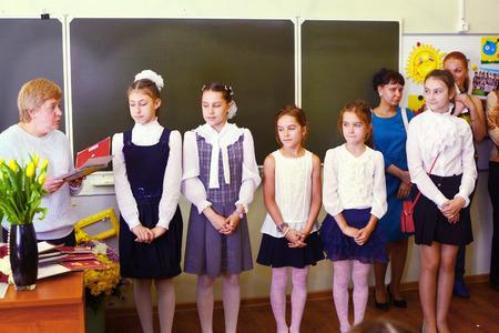 Prodigy: MOSKWA, 26 maja 2015: Rozdanie dyplomów w szkole podstawowej w Moskwie, 26 maja ukończeniu dziewczyny z ich nauczyciel dostaje dyplom, a następnie udać się do szkoły średniej. Publikacyjne