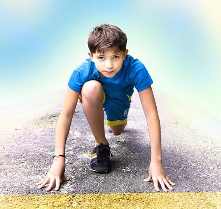 firmeza: chico guapo en ropa deportiva y zapatos preparar haber corriendo concurso evento