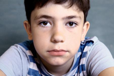 Oy close-up gezicht portret op blauwe achtergrond Stockfoto - 43275687