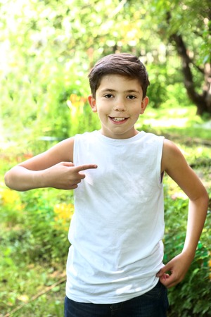 ni�o modelo: preteen handsome  boy in white tshirt free of inscription