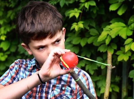 schlagbaum: Junge mit Schlagbaum mit dem Ziel, die Ziel Lizenzfreie Bilder