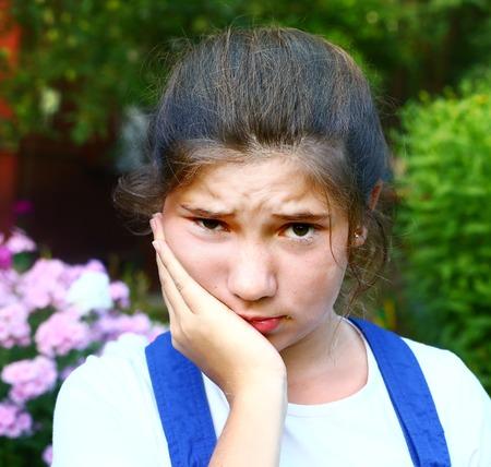Niña bonita con dolor de muelas retrato de verano al aire libre Foto de archivo - 43639491