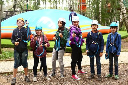 ni�o escalando: Los ni�os en equipos safaty tienen instrucciones antes pase dif�cil ruta de escalada