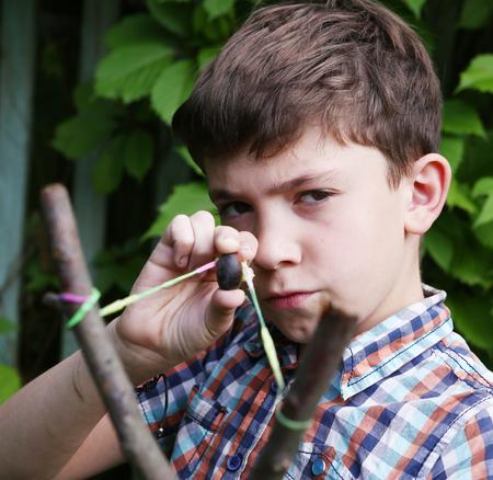 schlagbaum: Junge mit Turnpike an das Ziel Ziel