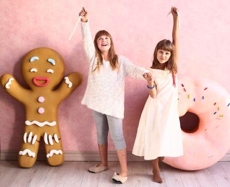 ni�o modelo: ni�as preadolescentes felices en la confiter�a habitaci�n dise�ada con la cuerda de la melcocha